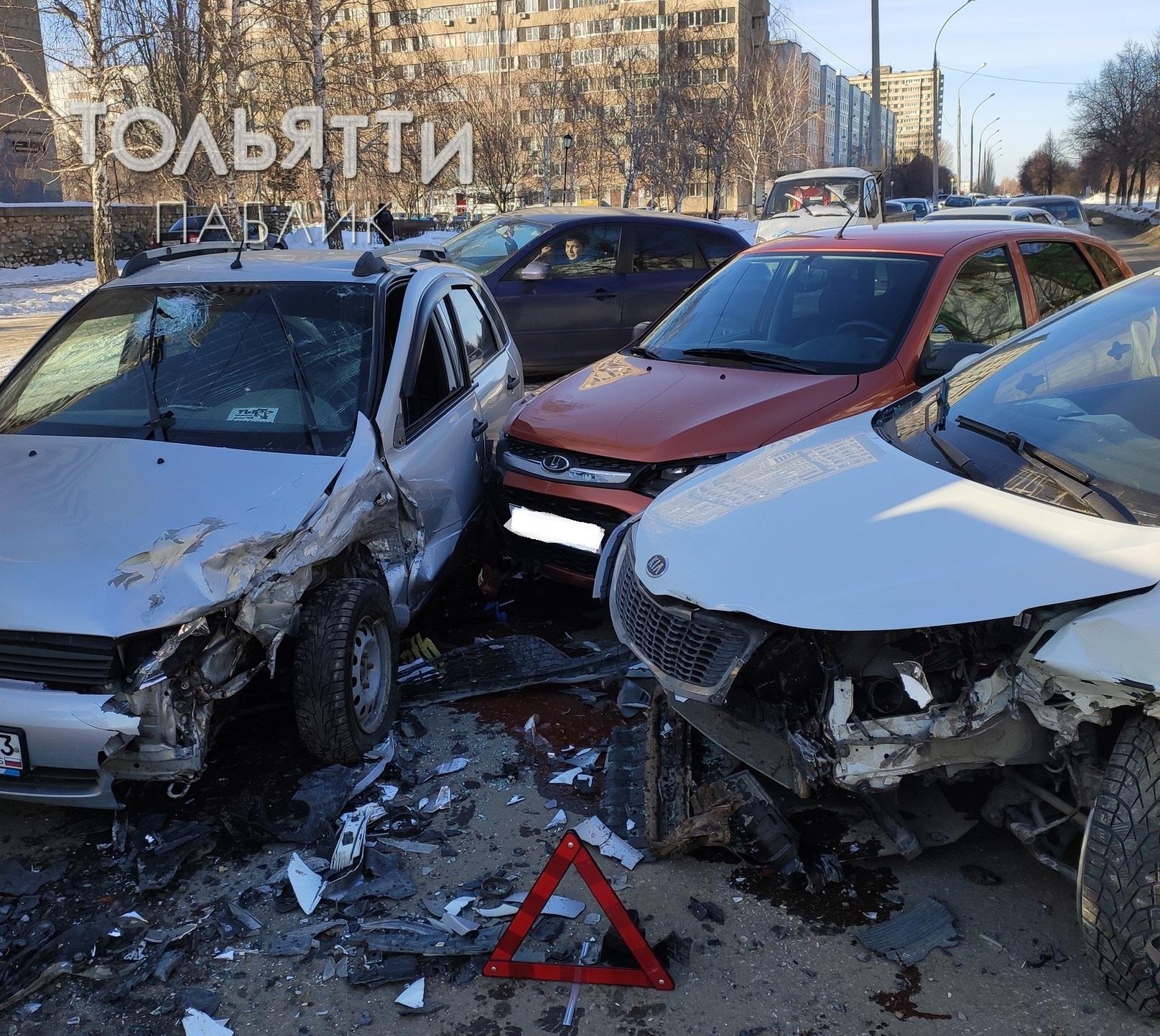 В аварии трех машин в Тольятти пострадала женщина