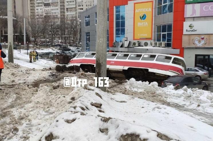 Был без водителя: Опубликовано видео аварии трамвая в Самаре