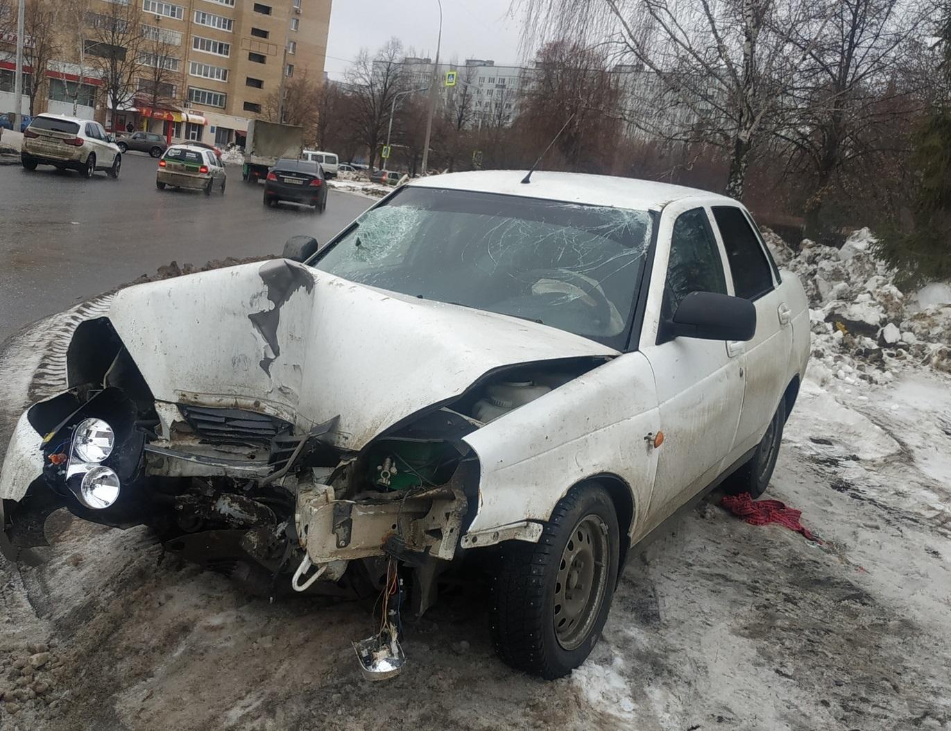 Ночью в Тольятти «Лада» врезалась в столб. Пострадали люди