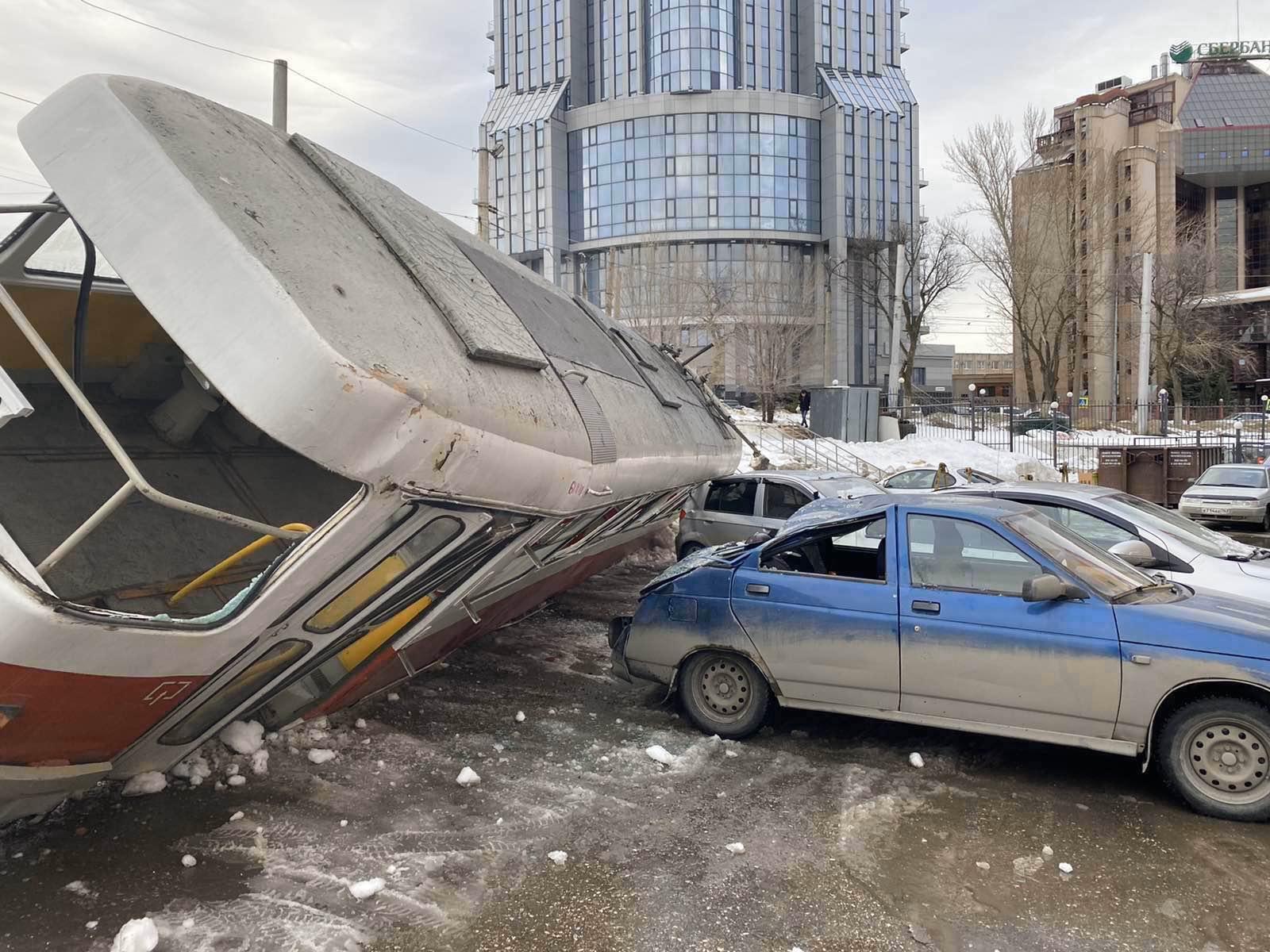 В Самарской области трамвай опрокинулся на 4 машины