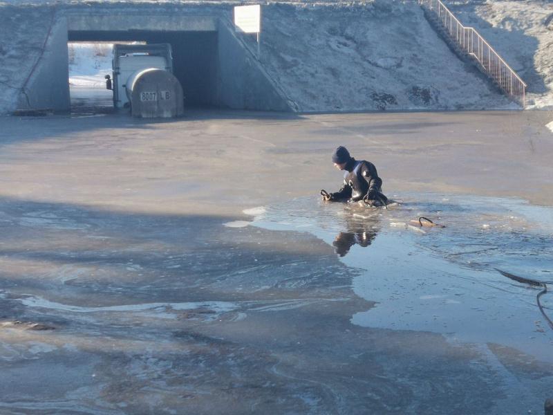 В Тольятти водолазы вытягивали из лужи фуру с водителем
