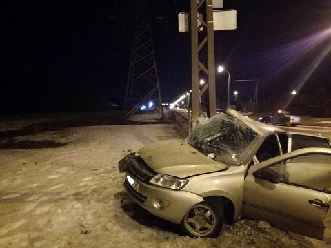 В Тольятти на скользкой дороге «Лада» врезалась в столб. Погиб человек