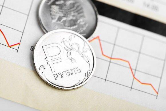Эксперт назвал возможные последствия падения курса рубля для россиян