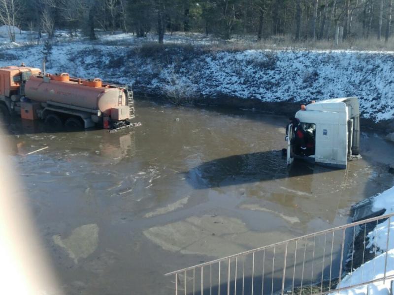 Работа для водолазов: Вблизи Тольятти грузовики продолжают тонуть в луже