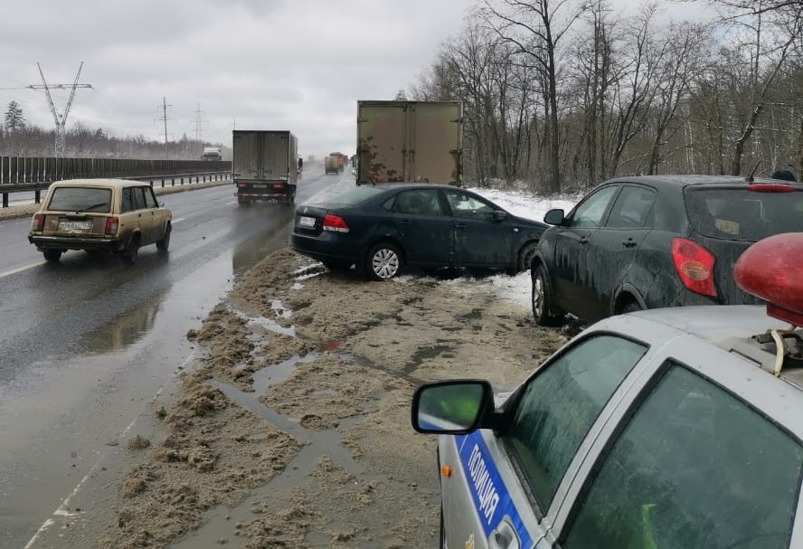 Под Тольятти на М-5 девушка на иномарке врезалась в грузовик