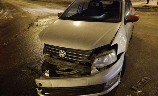 В Тольятти «Лада» и «Фольксваген» столкнулись на перекрестке. Пострадал человек