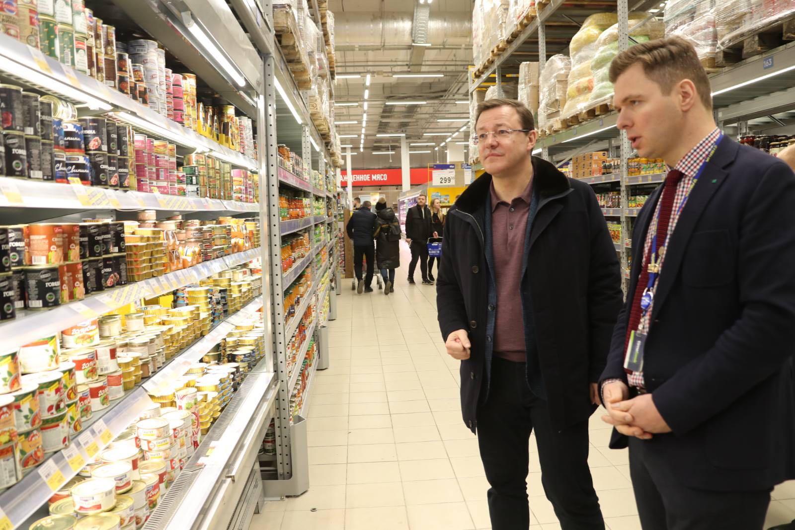 Губернатор Дмитрий Азаров проверил наличие продуктов и цены в гипермаркетах