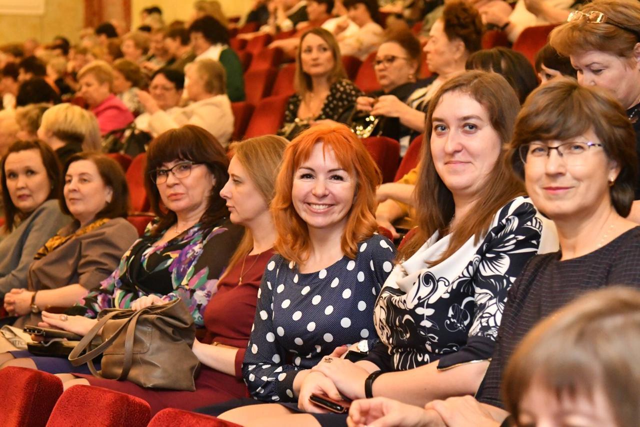 Губернатор Дмитрий Азаров поздравил женщин Тольятти с праздником