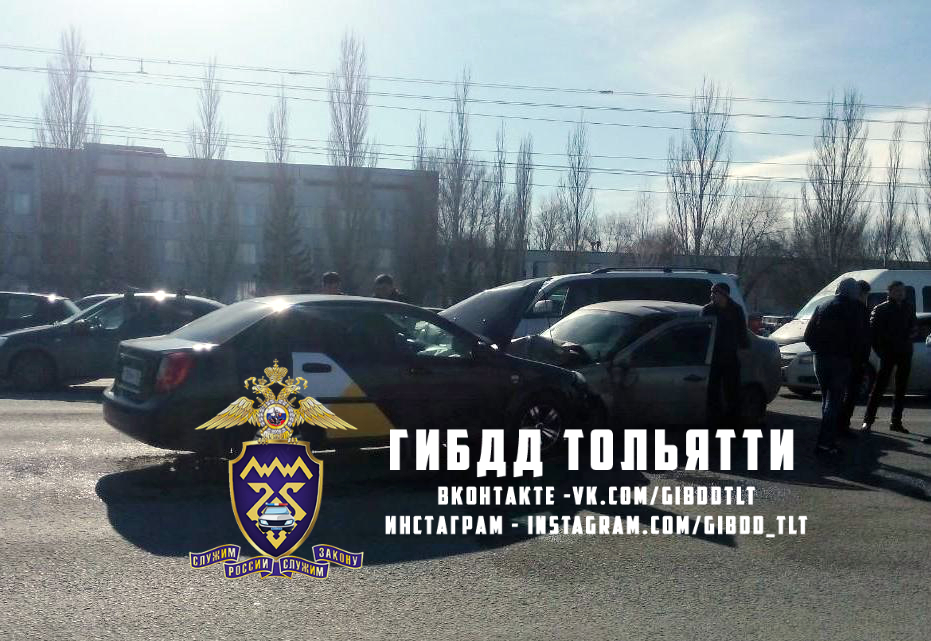 На видео попало столкновение трех машин в Тольятти
