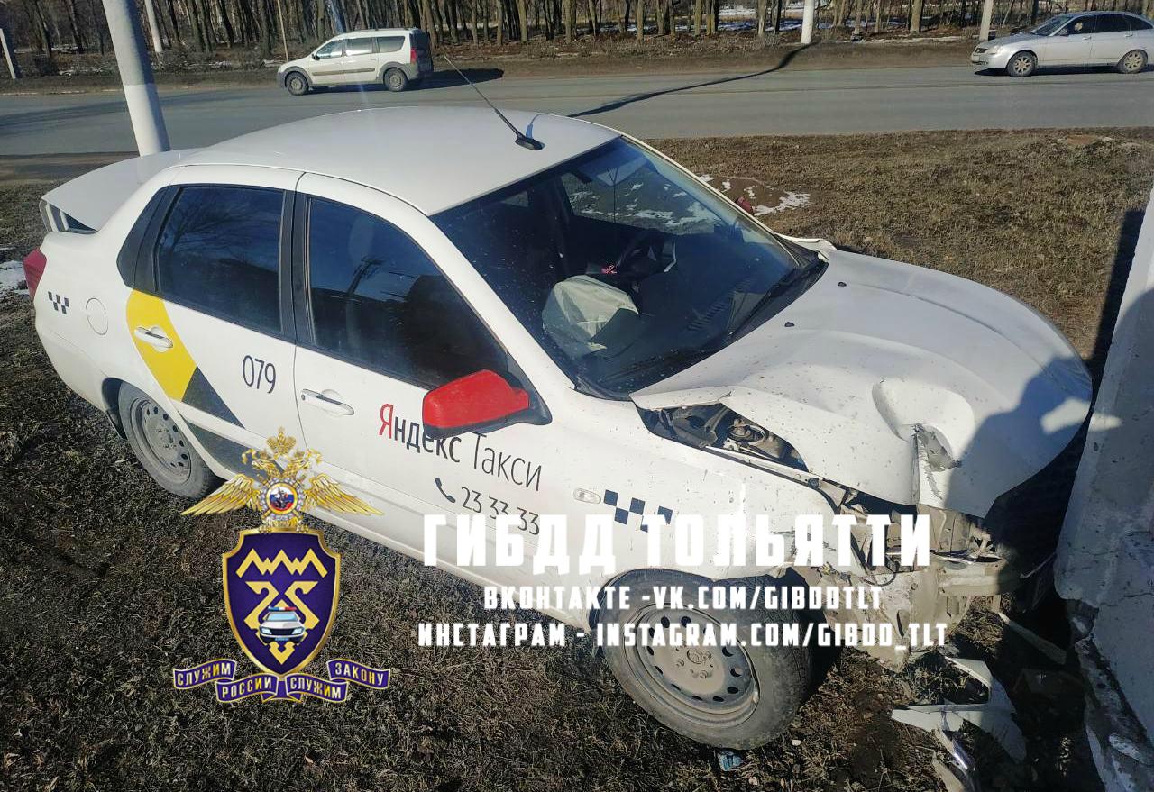 В Тольятти таксист врезался в столб и забор. Пострадала пассажирка
