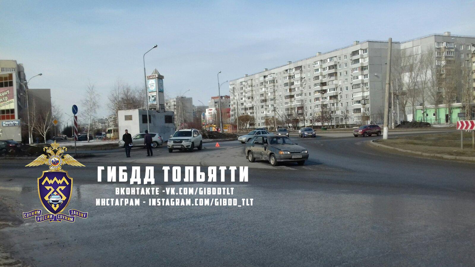 В Тольятти на кольце столкнулись машины. Пострадал человек