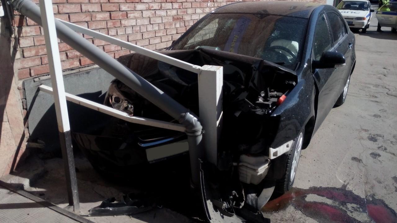 В Тольятти автомобилистка сбила пешехода и врезалась в здание