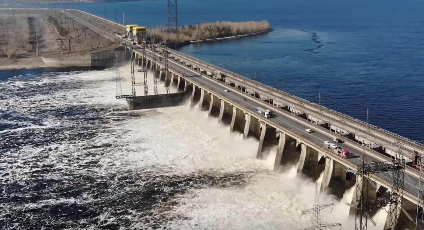Сброс воды на Жигулёвской ГЭС сняли с высоты птичьего полета