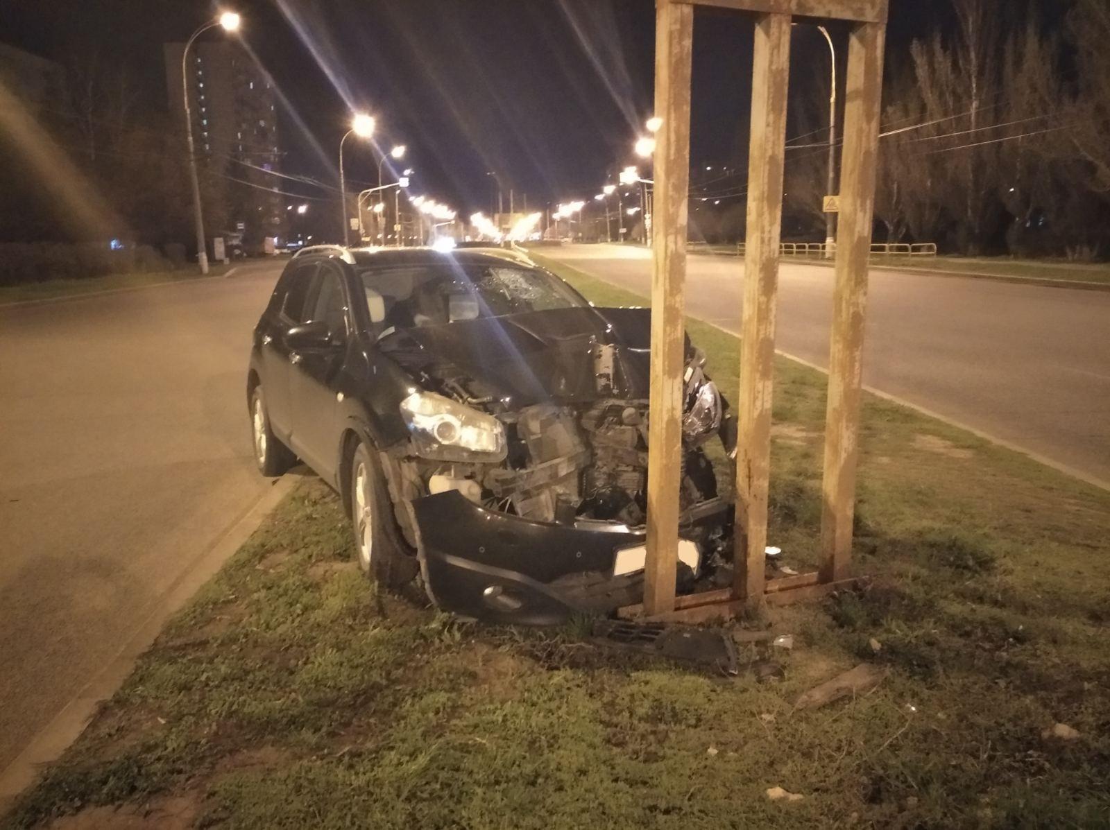 Тольяттинец разбил машину об опору рекламного щита