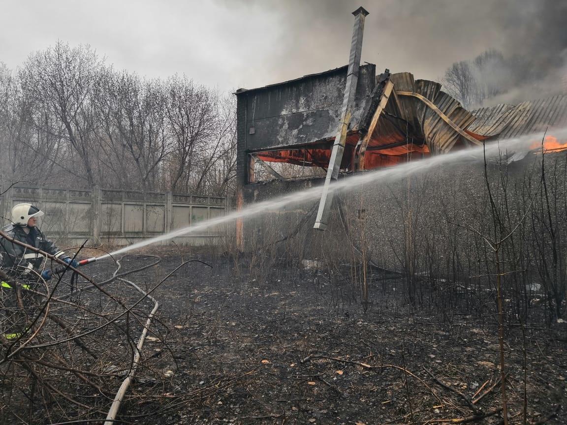 В Тольятти 6 часов тушили крупный пожар в промзоне