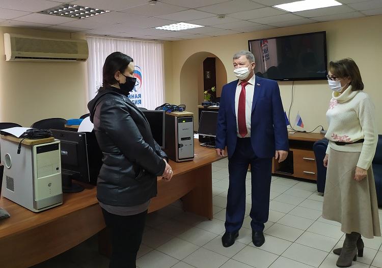Тольяттинским семьям вручили технику для дистанционной учебы