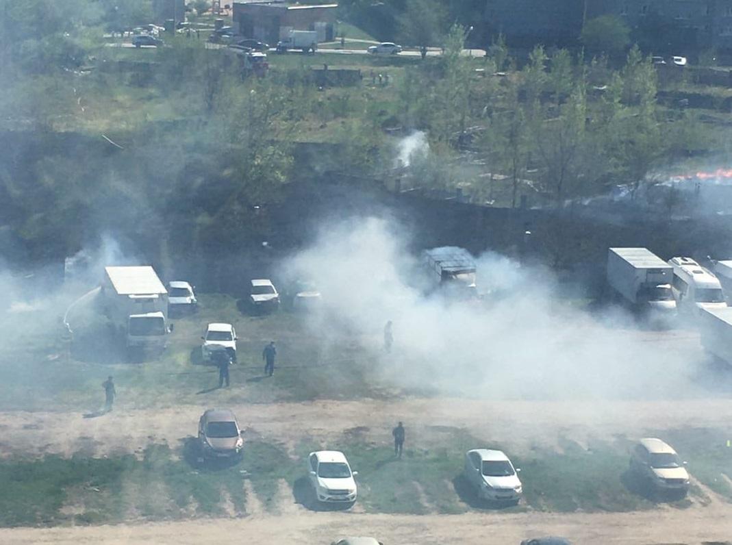 В Тольятти из-за горящей травы произошел пожар на автостоянке
