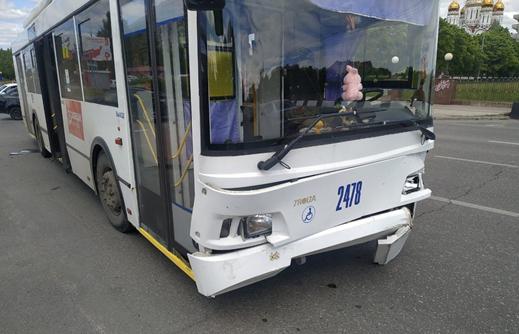 В Тольятти столкнулись иномарка и троллейбус