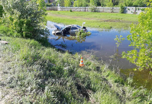 Под Тольятти водитель иномарки сбил женщину и улетел в кювет с водой