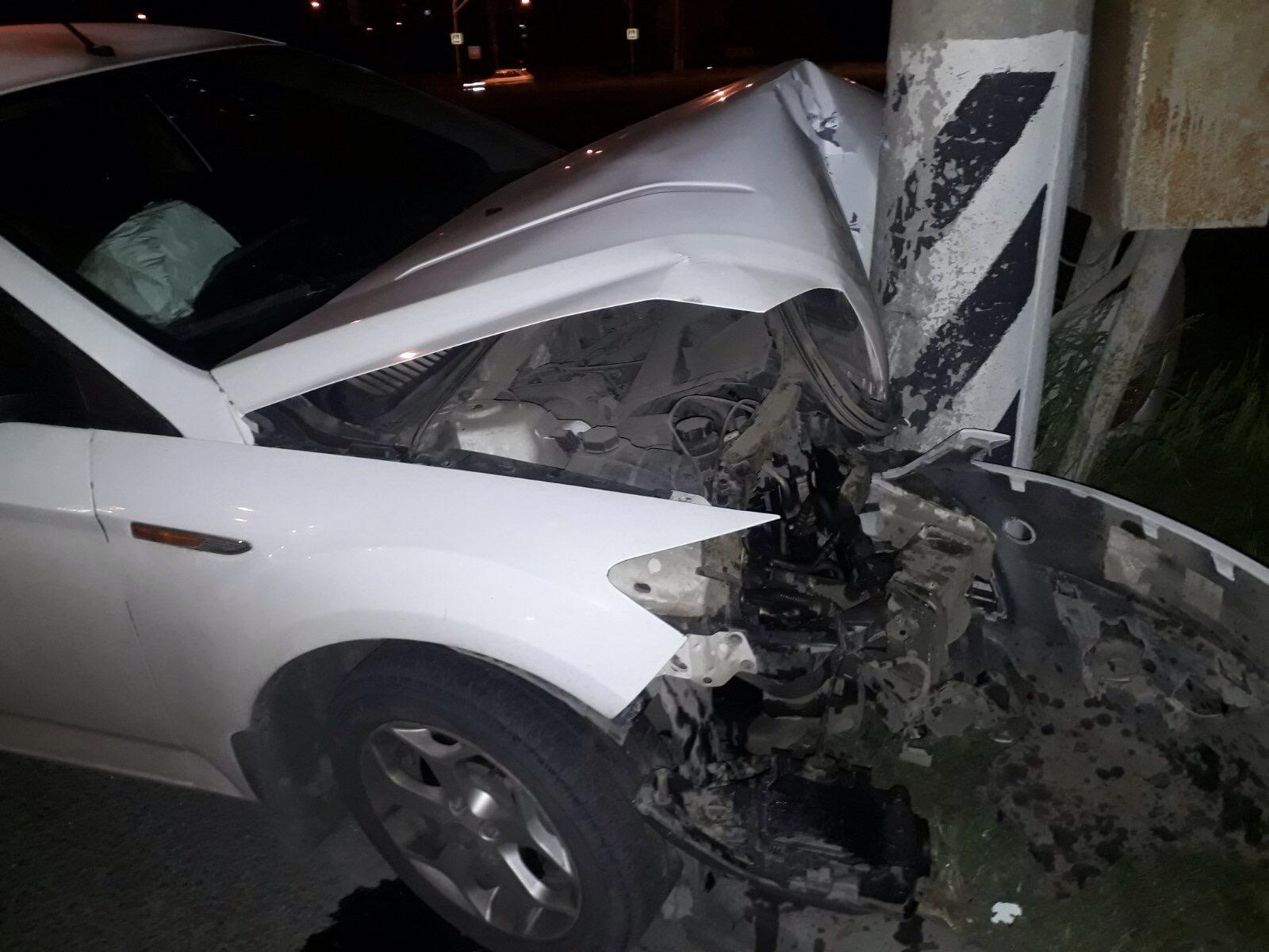 В Тольятти пьяный водитель разбил машину об столб