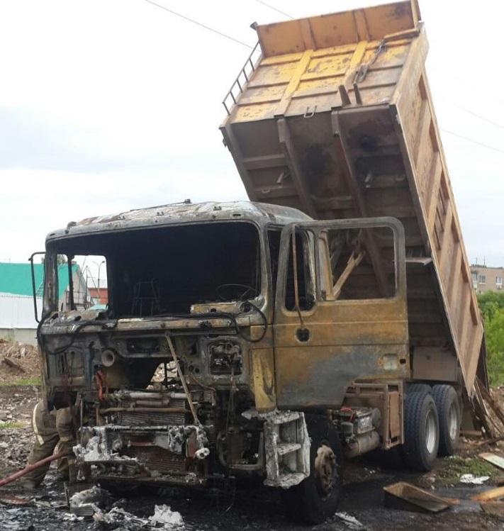 В Самарской области водитель подъехал под ЛЭП и сжег грузовик