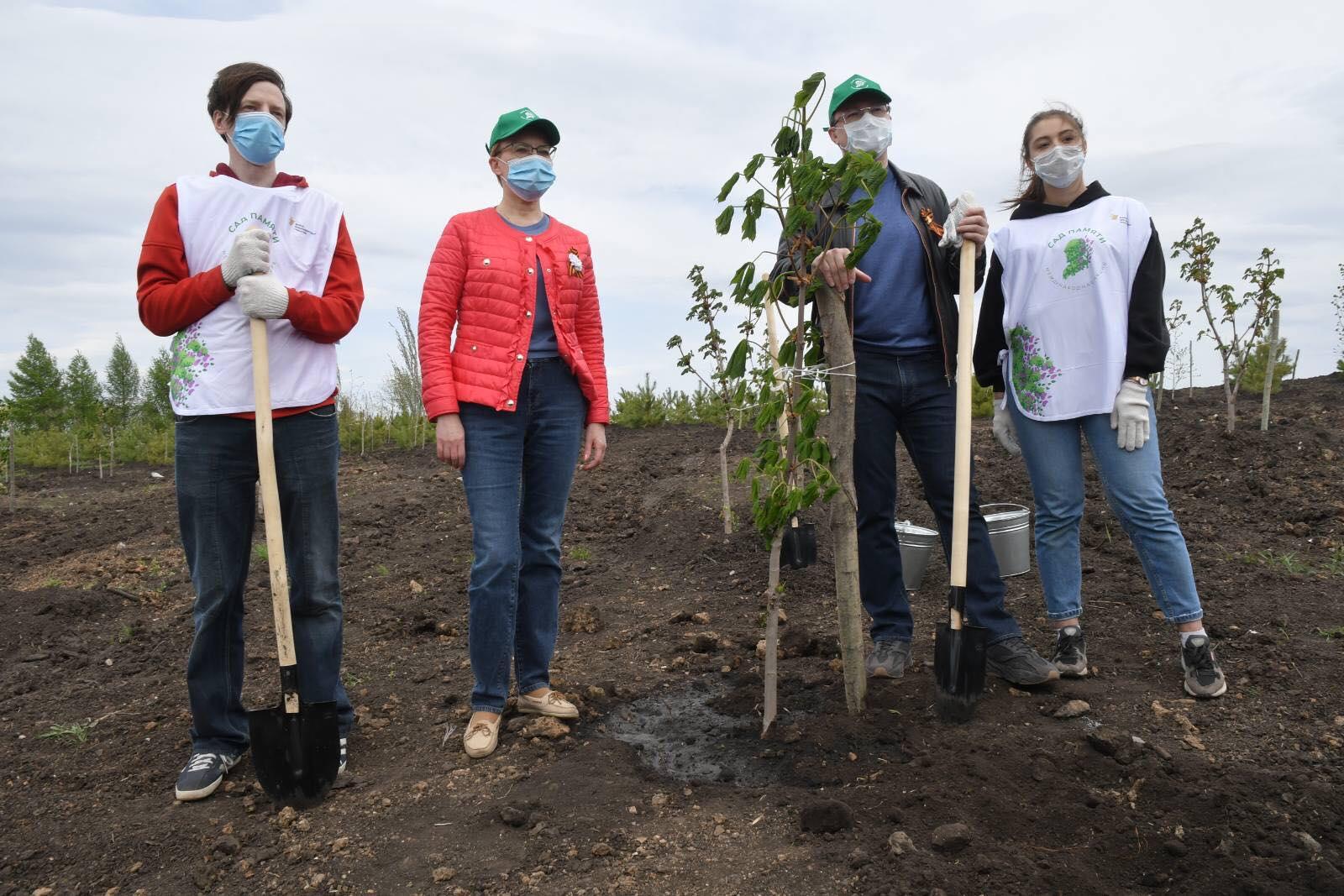 Губернатор Дмитрий Азаров принял участие во всероссийской акции «Сад памяти»
