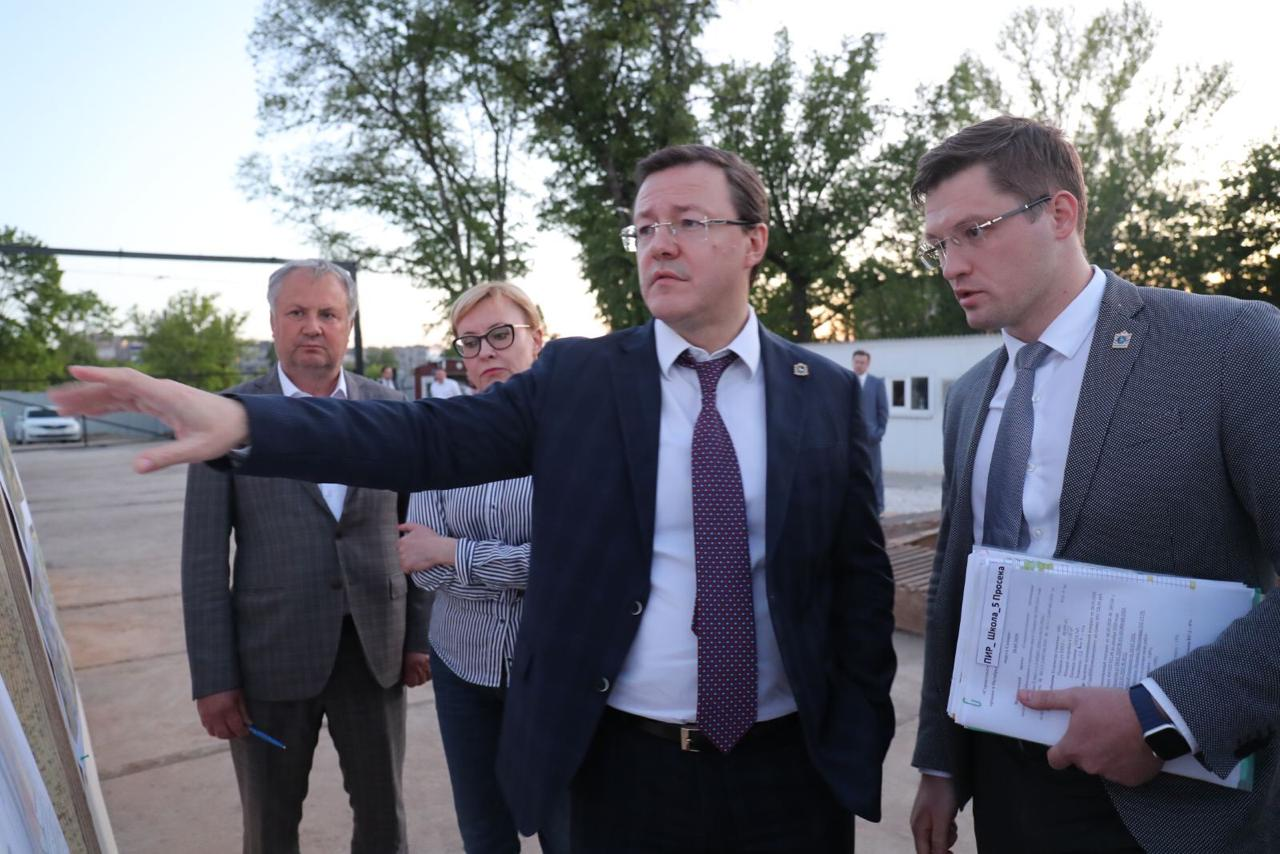 Дмитрий Азаров проверил ход строительства школы на 5-ой просеке