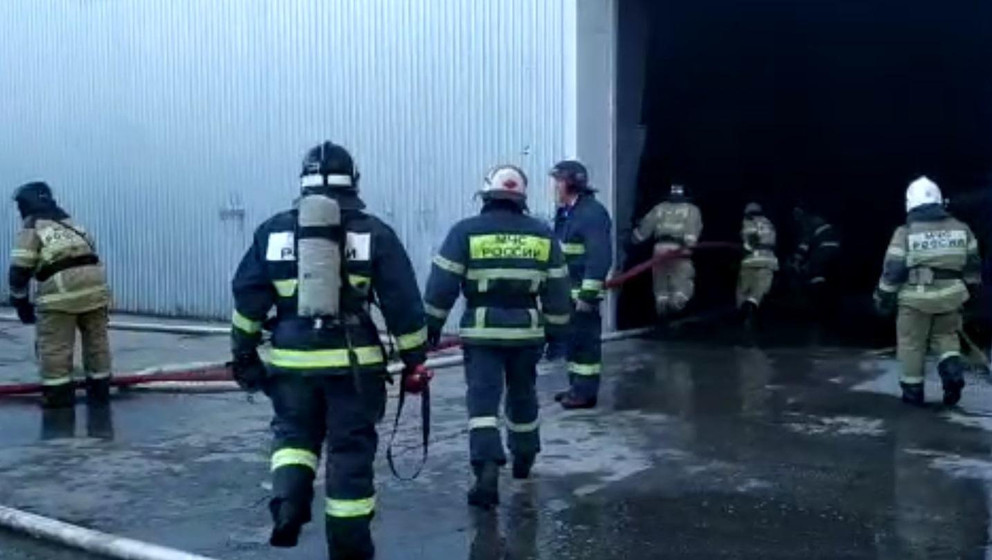 В Самарской области на складе с пластмассой произошел сильный пожар