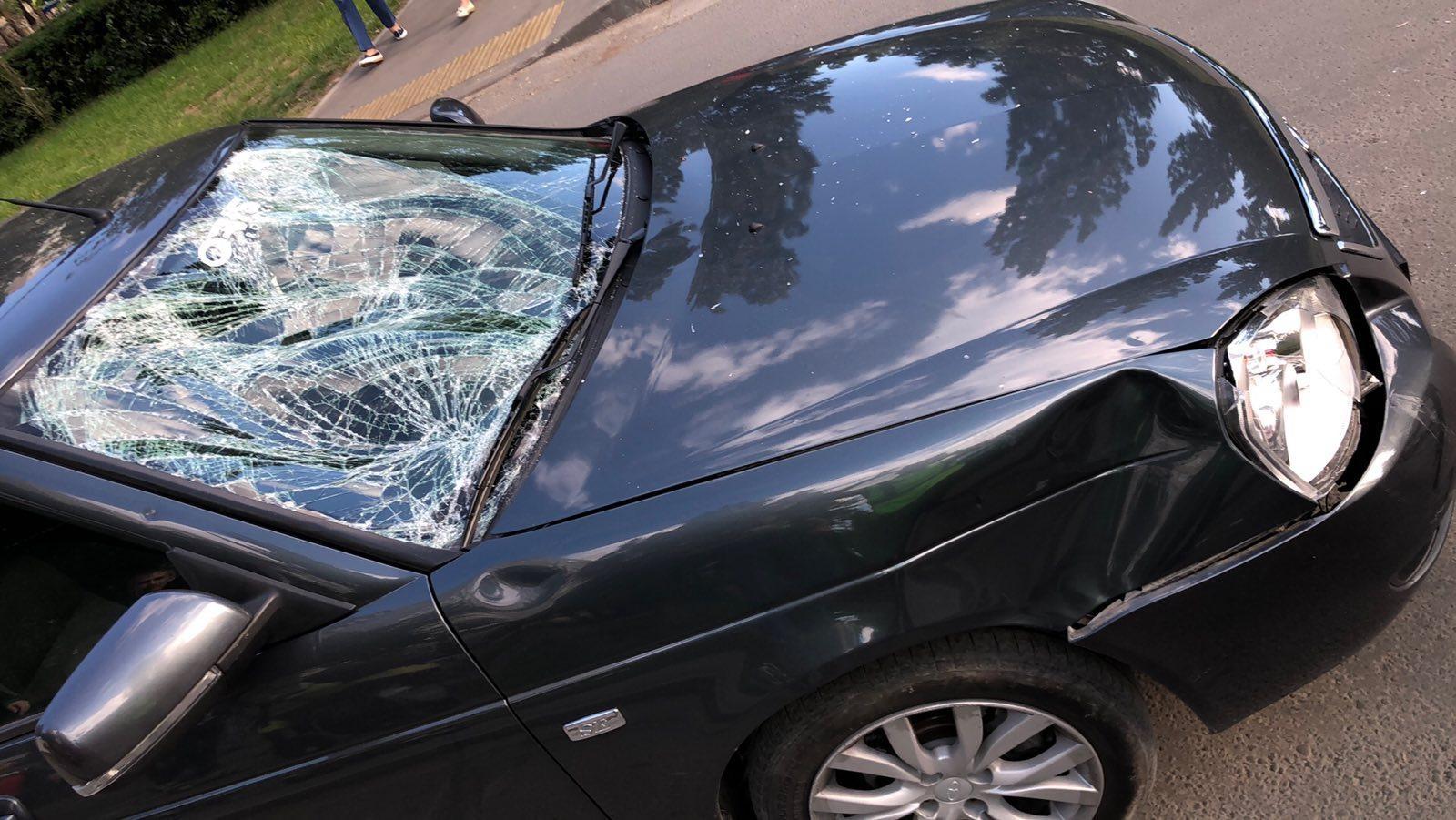 Смял лобовое: в Тольятти во дворе машина сбила подростка