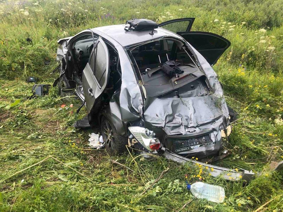 В Самарской области в перевернувшейся машине пострадали 4 человека