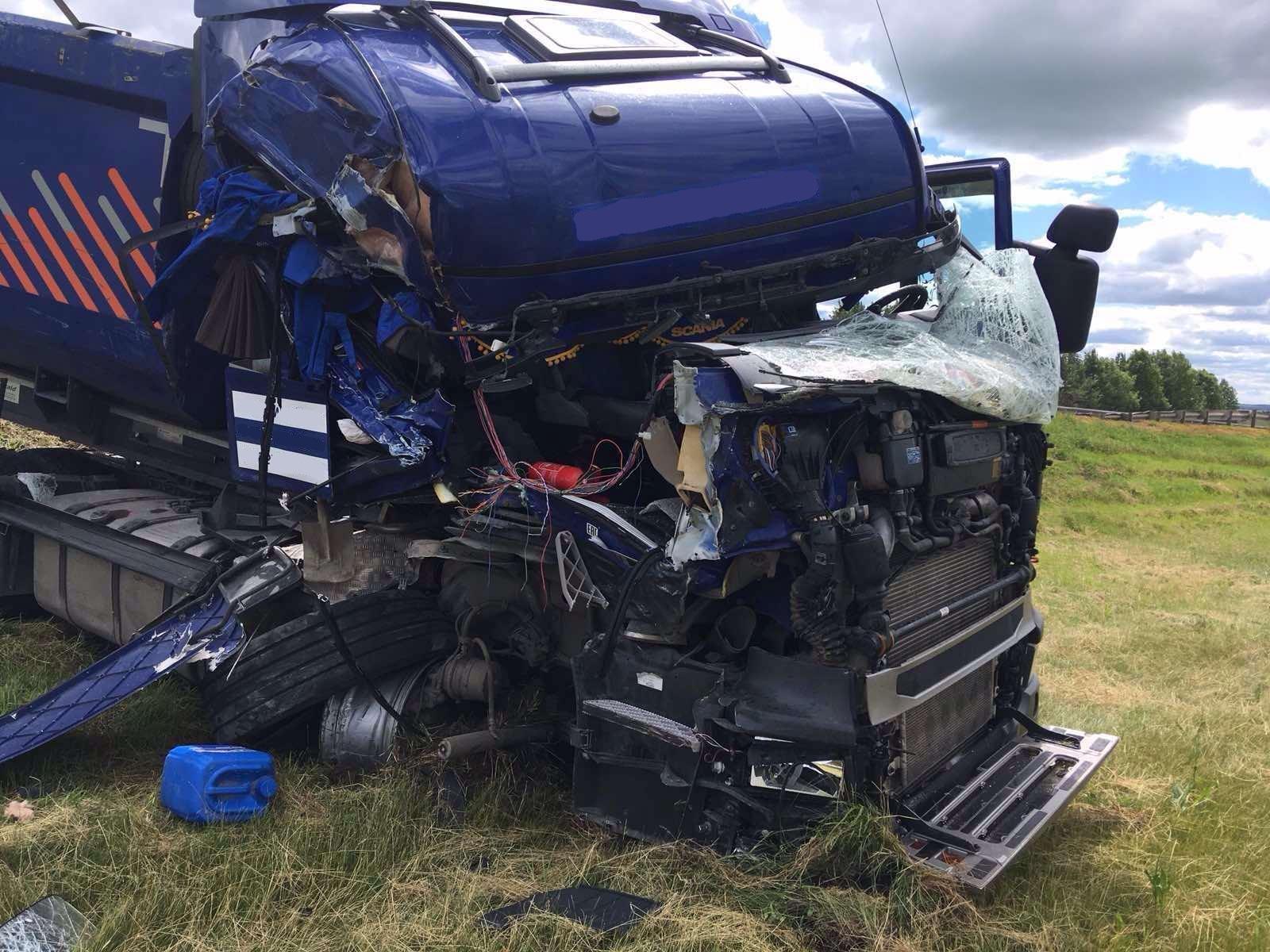 В Самарской области после аварии грузовиков госпитализирован водитель