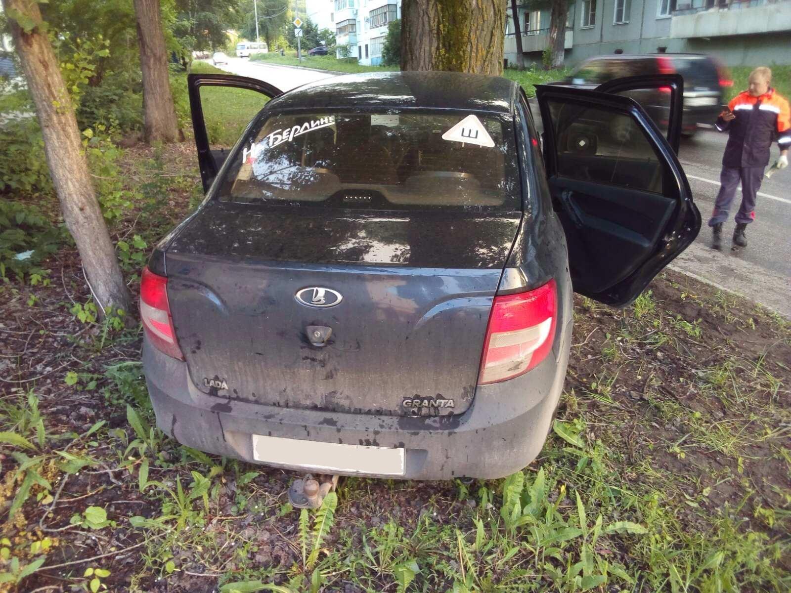 Под Тольятти молодой водитель врезался в машину и дерево