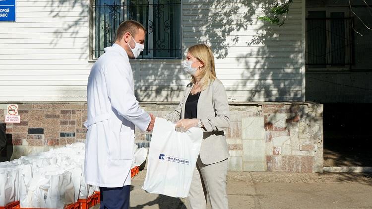 «Тольяттикаучук» вручил подарки медикам в преддверии профессионального праздника