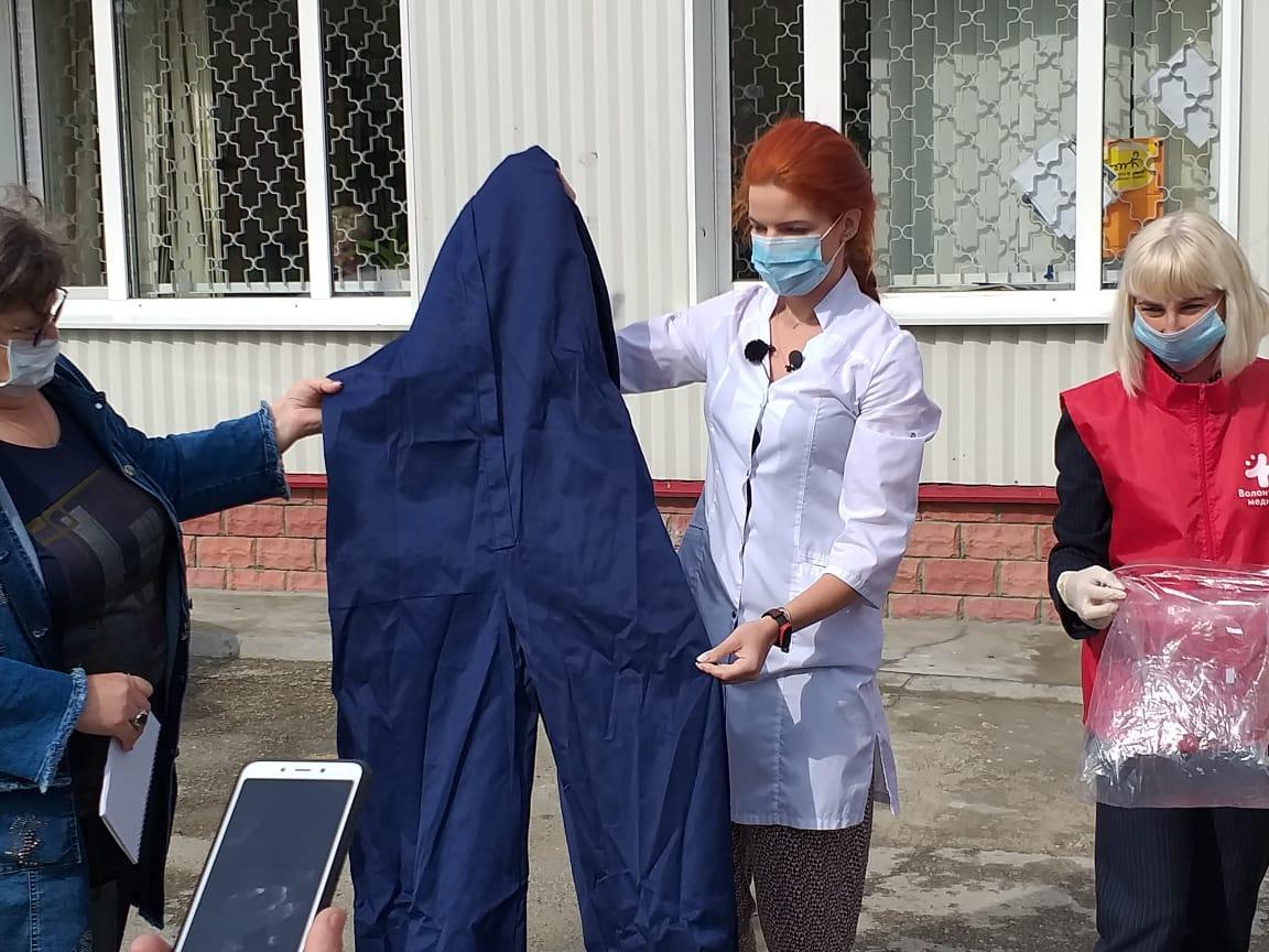 Врачи тольяттинской «скорой» получили костюмы для борьбы с COVID-19
