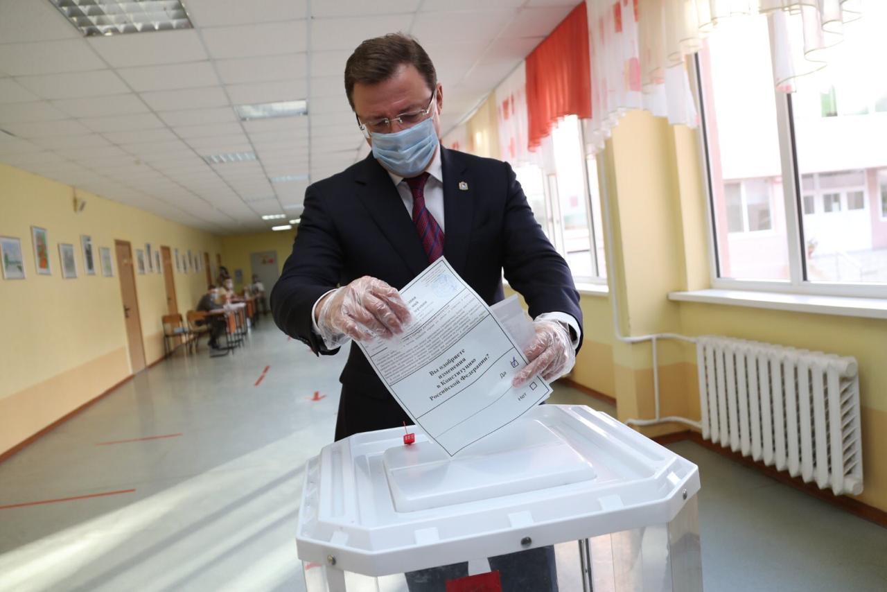 Дмитрий Азаров принял участие в голосовании по поправкам в Конституцию