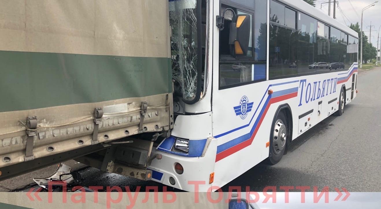 В Тольятти в аварии автобуса и фуры пострадали люди