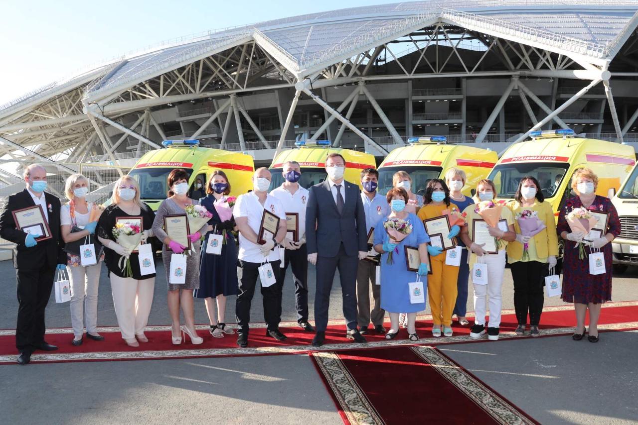Дмитрий Азаров наградил медиков за борьбу с коронавирусом