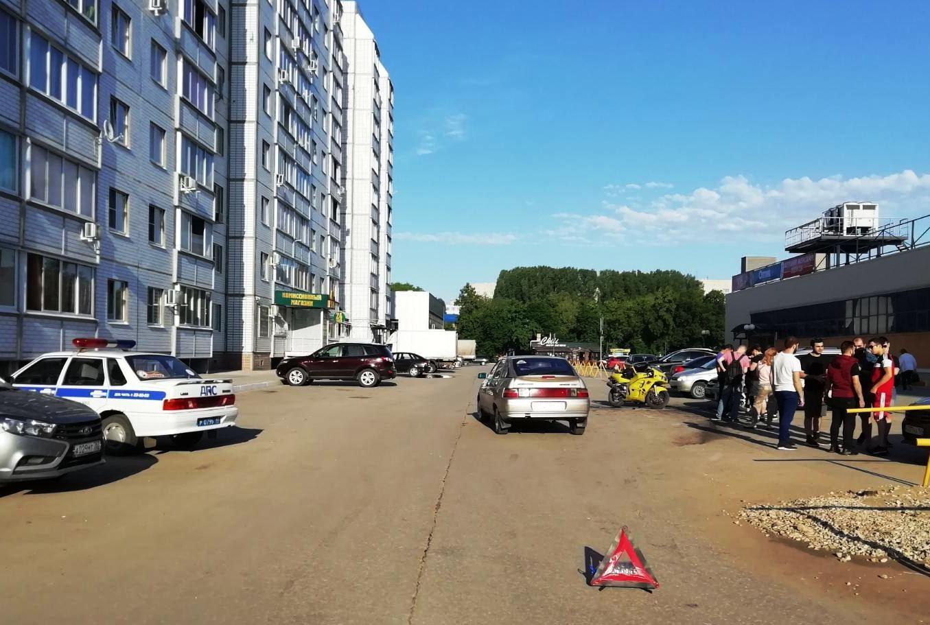 В Тольятти мотоциклист без прав столкнулся с двумя авто