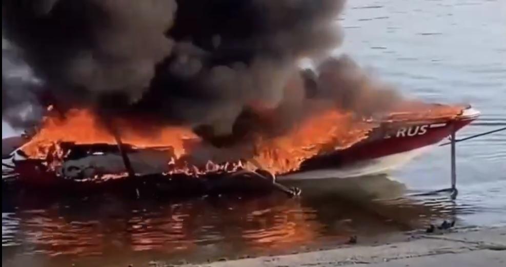 В Тольятти у берега полностью выгорел катер
