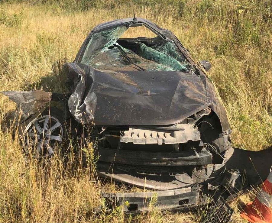 На трассе в Самарской области в аварии с «буханкой» разворотило «Весту»