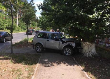 В Тольятти «Нива» вылетела на пешеходную дорожку и врезалась в дерево