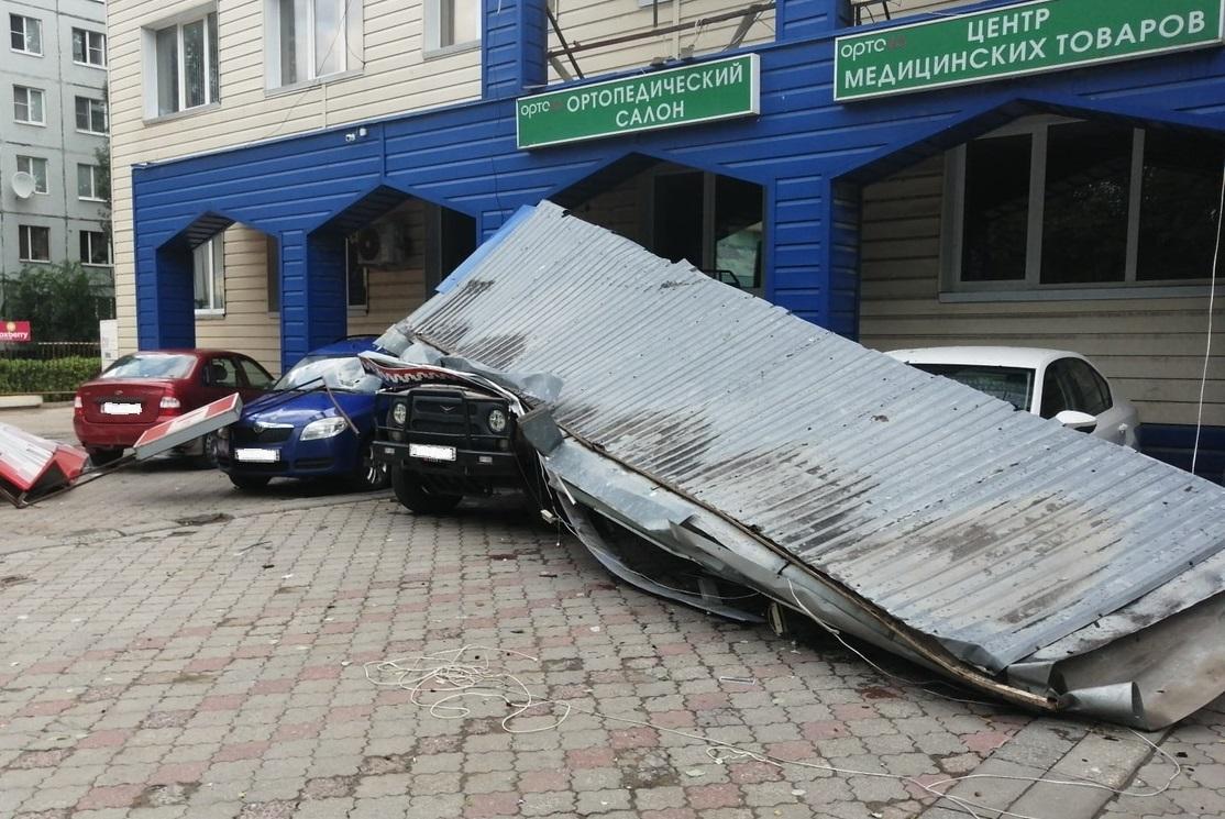 Ночной шторм в Тольятти перевернул остановку и свалил десятки деревьев