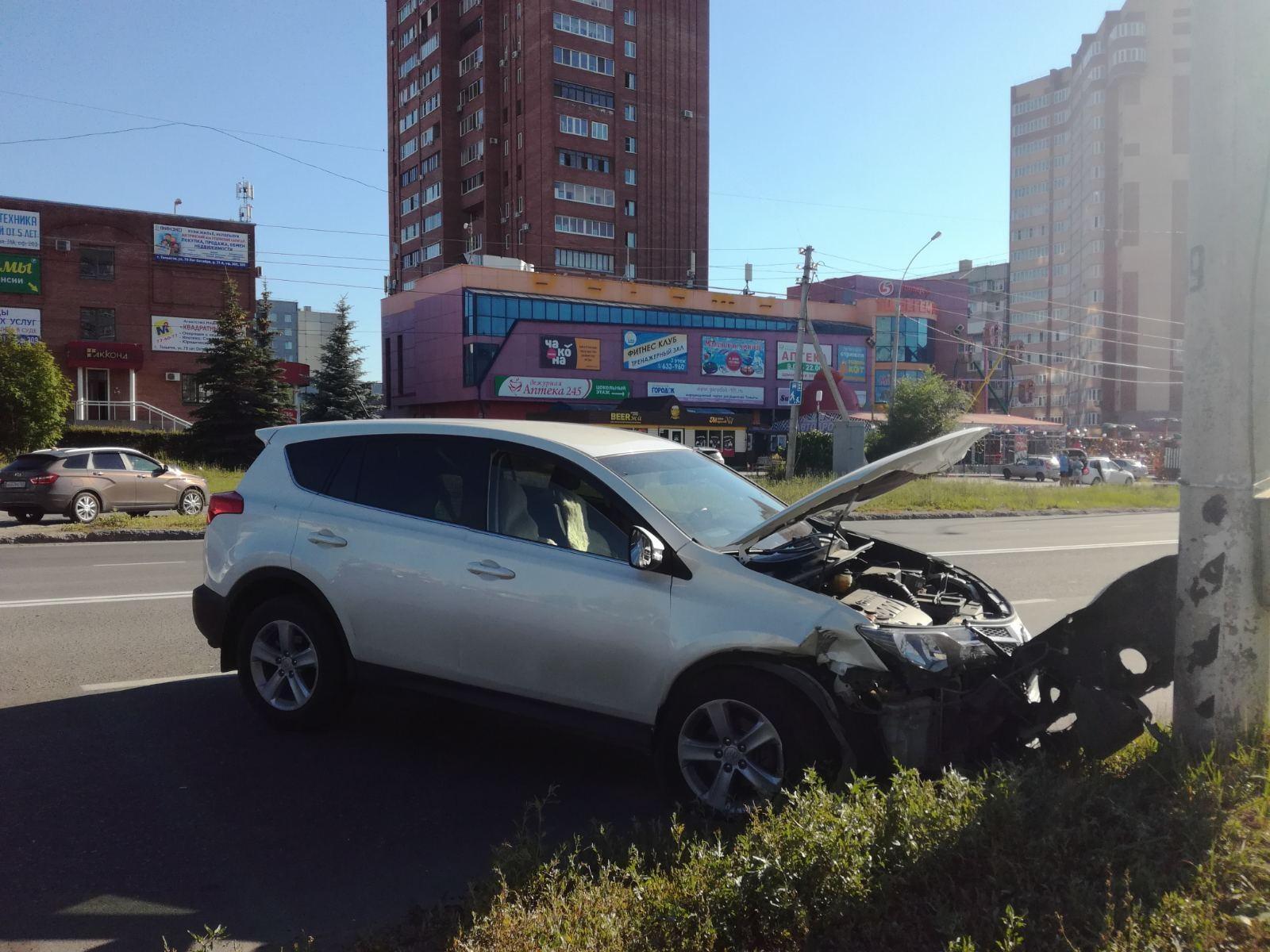 В Тольятти девушка пострадала в аварии иномарки со столбом