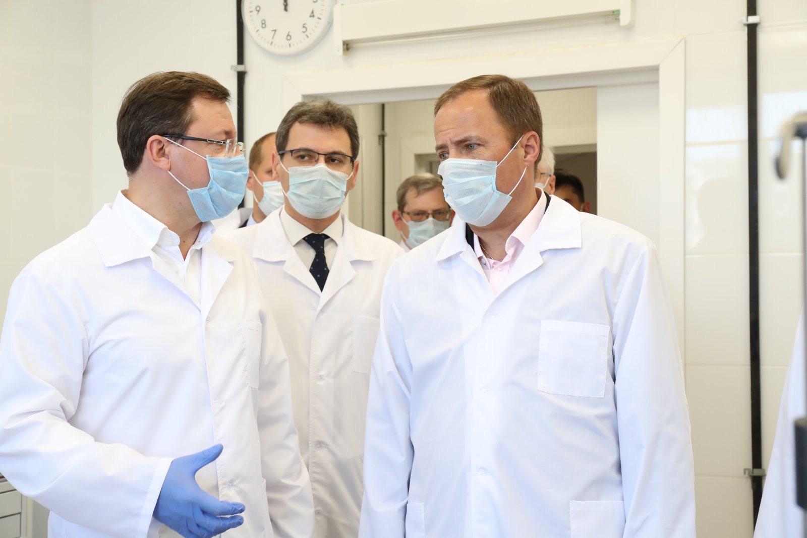 Азарову и Комарову показали новое отделение поликлиники в Тольятти