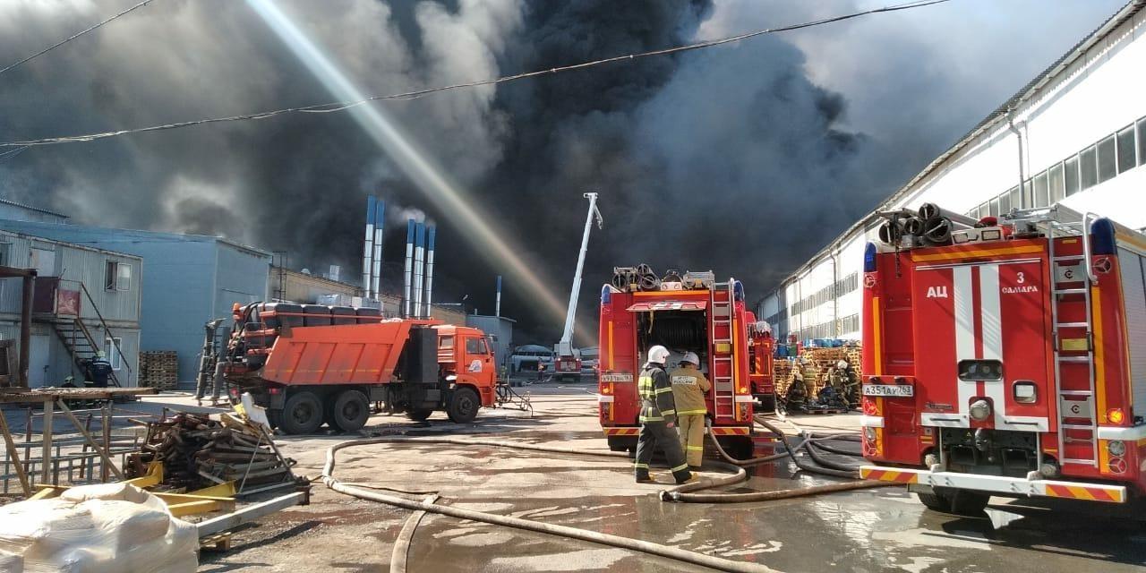 Пожар на самарском складе красок тушили с помощью вертолета, поезда и корабля