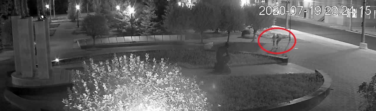 В осквернении памятника воинам в Самаре подозревают парня и девушку