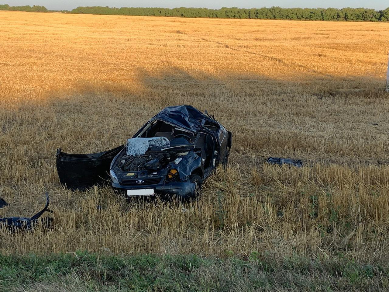 На трассе в Самарской области молодой водитель выжил в перевернувшемся авто