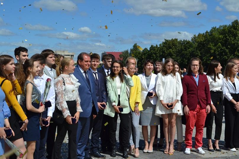 В Тольятти поздравили золотых выпускников