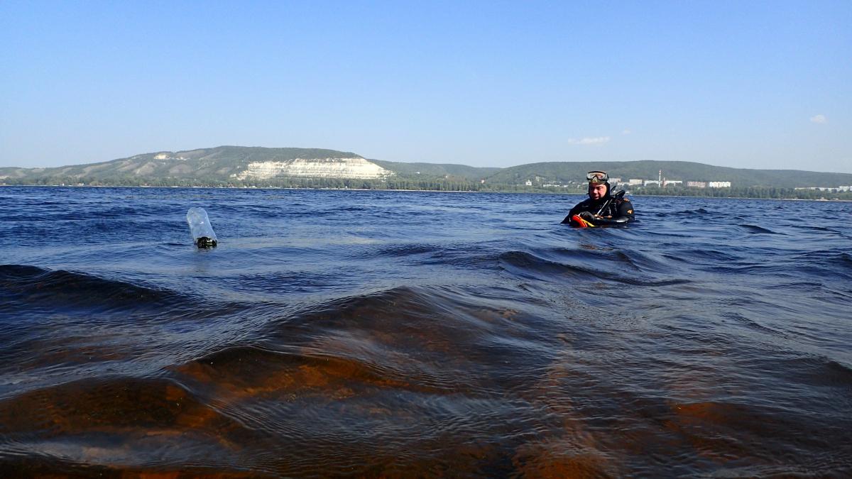В Самарской области исследовали опасность баржи, затонувшей в Волге