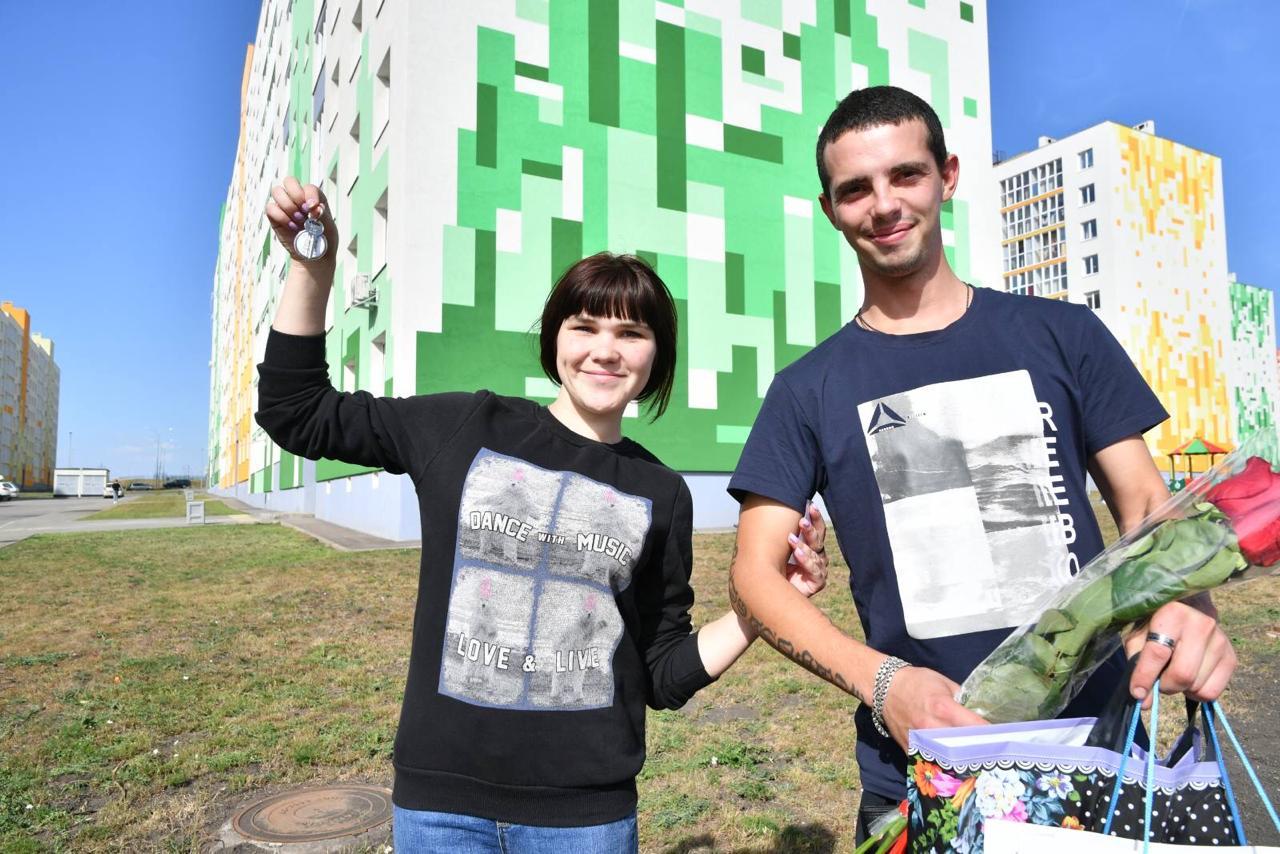 Дмитрий Азаров передал сиротам ключи от новых квартир